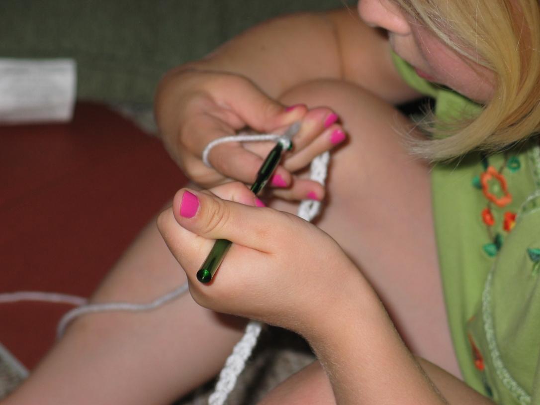 Olivia crocheting a chain stich_2009-07-14